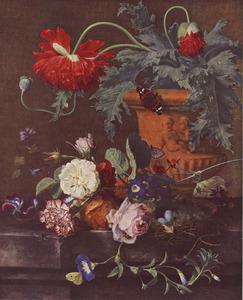 Bloemstilleven in en rond een terracotta vaas op een marmeren tafel