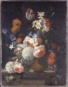 Bloemen in een steengoed pot