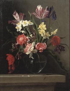 Stilleven met bloemen in een glazen vaas op een stenen tafel
