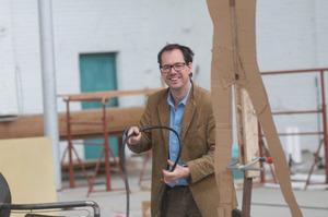 Portret van Mark Manders in zijn atelier