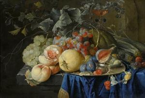 Stilleven met vruchten op een tinnen bord, met een glas à la façon de Venise