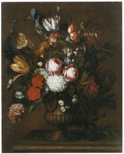 Vaas met rozen, tulpen en irissen en andere bloemen op een stenen plint