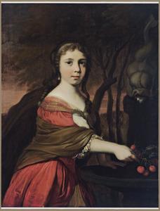 Portret van een jonge vrouw naast een fontein