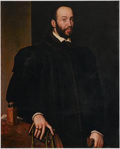 Portret van een man staand bij een tafel met een klok, met in de  ene hand een boek en in de andere handschoenen