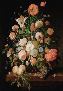 Bloemen in een glazen vaas, met perziken en aalbessen, op een marmeren blad