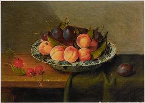 Stilleven van een chinees porseleinen schaal met vruchten op een deels met een donker kleed gedekte tafel