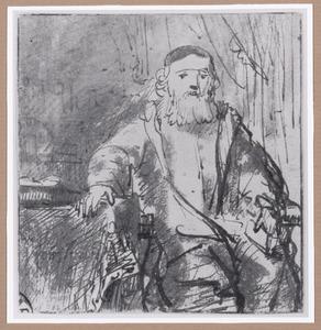 Oude man zittend naast een tafel
