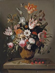 Bloemen in een terracotta vaas met kersen, sprinkhanen en een vliegend hert op een stenen plint