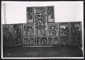 De geseling van Christus, Ecce Homo (binnenzijde linkerluik); De bespotting van Christus (binnenzijde linker bovenluik); De annunciatie, de visitatie, de aanbidding der herders, de aanbidding der Wijzen, de besnijdenis, de presentatie in de tempel, de kruisdraging, de kruisiging, de bewening (middendeel); De graflegging, de verrijzenis (binnenzijde rechterluik); Christus' verschijning aan Maria (binnenzijde rechter bovenluik)