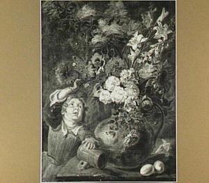 Roze en witte rozen, zonnebloemen, lelie's en andere bloemen in een koperen kan op een tafel met daarop nog twee eieren en een op zijn kant liggende kroes; naast de tafel staat een kind