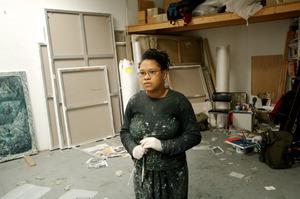 Natasja Kensmil werkend in haar atelier