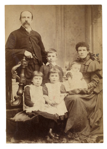 Portret van Johannes Ernestus Donkersloot (1858-1926) en zijn gezin