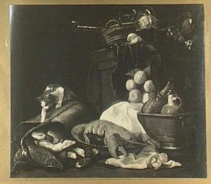 Stilleven van kreeft, vaatwerk, glaswerk, sinaasappels en links een kat op een rieten mand gevuld met vissen