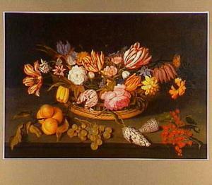 Bloemstilleven in een mand met daarvoor vruchten en schelpen, op een stenen richel