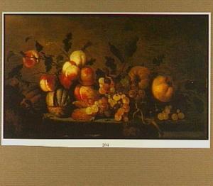 Stilleven van perziken, druiven en andere vruchten op een tafelblad