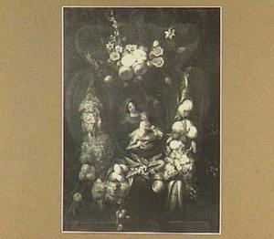 Bloemenkrans rond een voosrtelling van een Madonna