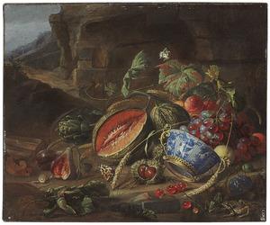 Stilleven van vruchten en groenten met een Wan-Li kom in een verguld montuur, in een landschap