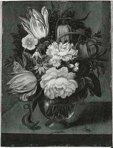 Bloemen in een glazen vaas op een stenen plint, geflankeerd door een hagedis en een vlieg
