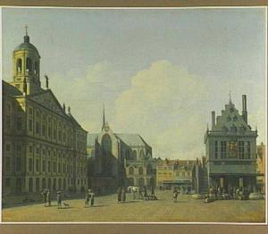 Gezicht op de Dam in Amsterdam met het Stadhuis, de Nieuwe Kerk en de Waag