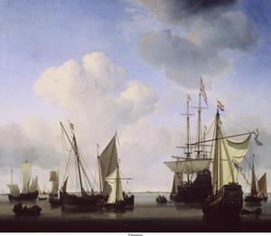 Admiraliteitsjacht van Amsterdam, driemaster, waterschip en andere vaartuigen voor anker bij windstilte; op de achtergrond het silhouet van een kuststrook en havenstad (Wieringen?; Schedeldoekshaven?)