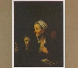 Oude vrouw kijkt in een spiegel