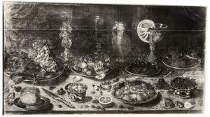 Stilleven van vruchten en siervaatwerk op een tafel