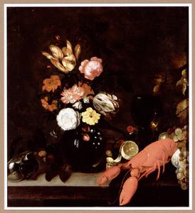 Stilleven met een boeket bloemen in een glazen vaas, een nautilusschelp, een roemer, een kreeft en druiven in een Wan Li-schaal