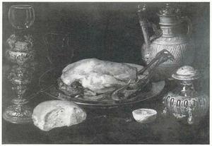 Stilleven met gebraden kip, roemer op bekerschroef, schenkkan en zoutvat