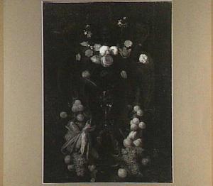 Festoenen van bloemen, vruchten en mais rond een nis met een roemer