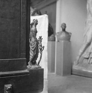 Het atelier van Antoine Bourdelle met een brons getiteld 'La Liberté' op een van de hoeken van de sokkel van het monument voor Alvear