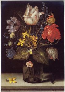Bloemen in een glazen pot op een stenen plint, geflankeerd door twee vliegen en een akelei