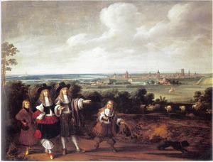 Groepsportret van mannen en jongens wandelend voor de poorten van Danzig