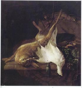 Opgehangen dode haas, een witte fazant en jachtattributen op een marmeren tafel gerangschikt