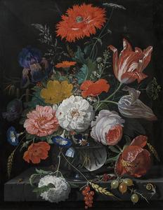 Bloemen in een glazen vaas op een stenen plint met aalbessen en kruisbessen