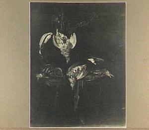 Stilleven van gevogelte en jachtattributen op een marmeren tafel
