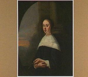 Portret van een jonge vrouw met een waaier in de hand, in een geschilderd ovaal