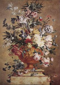 Bloemstilleven in een terracotta vaas op een marmeren voetstuk