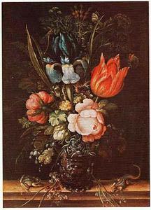 Bloemen in een roemer, met links een kikker en rechts een hagedis