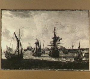 Engelse jachten en een oorlogsschip op de rede van een onbekende stad