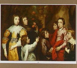Groepsportret van zeven kinderen rond een standbeeld van Mercurius