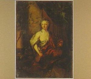Jonge vrouw met een karaf en een bokaal in haar hand
