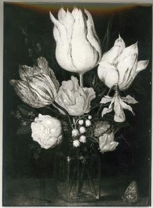 Bloemen in een glazen vaas, met links een rups en rechts een vlinder