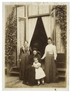 Portret van Margaretha Elisabeth Katharina Koning (1815-1906) en haar familie