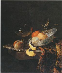 Stilleven met een glazen bokaal en porseleinen kom met vruchten