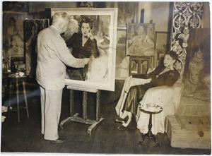 Piet van der Hem werkend aan het portret van actrice Fie Carelsen (1890-1975)