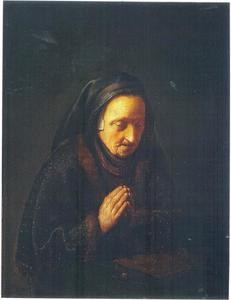 Een biddende oude vrouw met hoofddoek