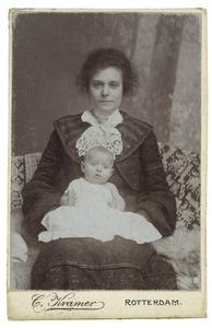 Portret van mevr. Van Heelsum - Van Danzig met baby Regina