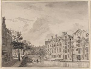 De Grimburgwal met het Oudezijds Herenlogement en de poort van het Binnengasthuis op de achtergrond,  Amsterdam