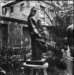 Brons van een vrouwelijke heilige ten voeten uit in de tuin bij het atelier van Antoine Bourdelle