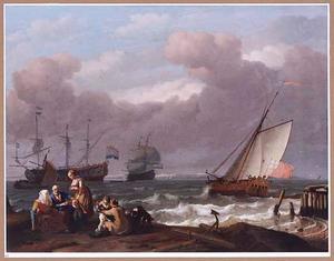 Hollandse driemasters en een Engels jacht voor een kust met links in de voorgrond een gezelschap